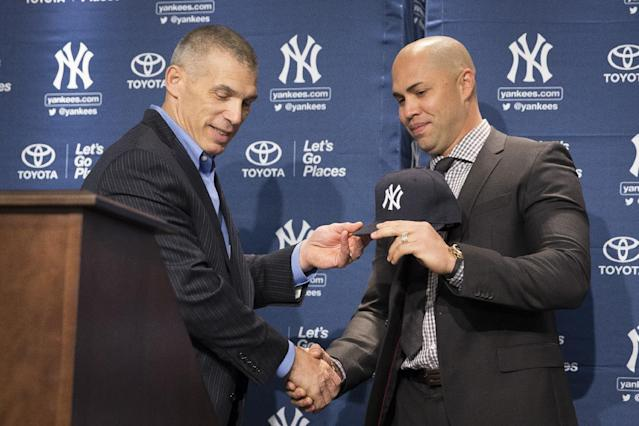 New York Yankees manager Joe Girardi, left, shakes hands Carlos Beltran during a news conference at Yankees Stadium, Friday, Dec. 20, 2013, in New York. Beltran signed with the New York Yankees on a $45 million, three-year contract.(AP Photo/John Minchillo)