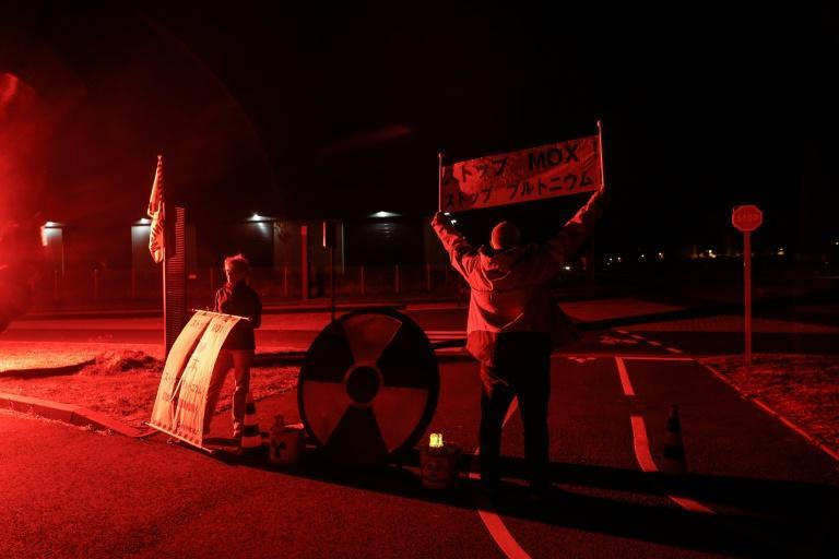 Greenpeace activists wait for the convoy. (AFP/Sameer Al-DOUMY)