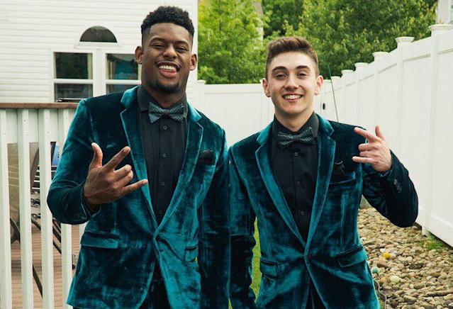 "A Pittsburgh-area high school senior needed a date to his senior prom. So, <a class=""link rapid-noclick-resp"" href=""/nfl/players/30175/"" data-ylk=""slk:JuJu Smith-Schuster"">JuJu Smith-Schuster</a> tagged along. (Twitter/JuJu Smith-Schuster)"