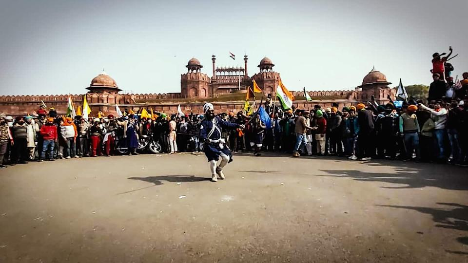 Tractor rally: Farmers enter Red Fort, one person dead