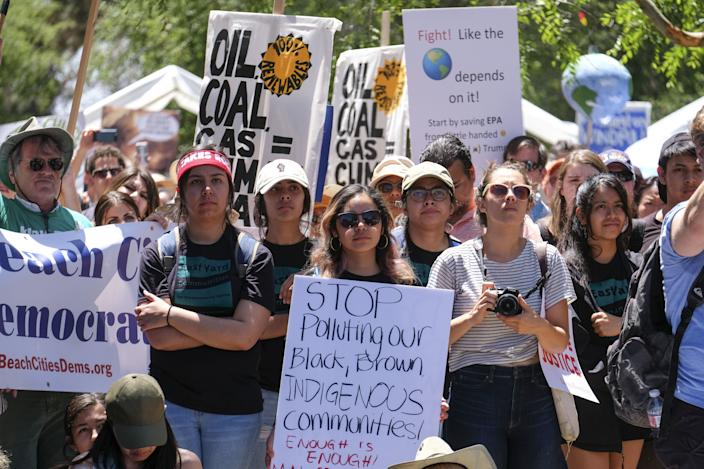 Thousands participate in a climate change awareness rally in Los Angeles, 2017. (Photo: Ringo Chiu/Zuma Wire)