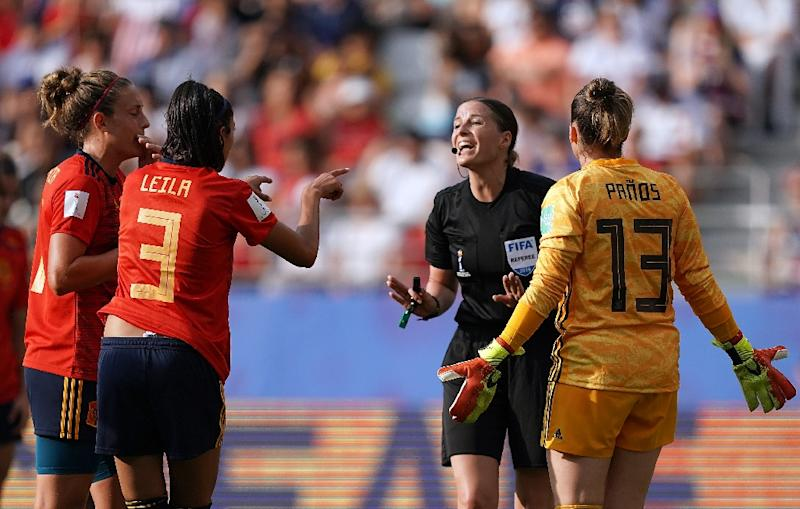 Hungarian referee Katalin Kulcsar (2ndR) argues with Spain's Leila Ouahabi (2ndL) and goalkeeper Sandra Panos after awarding a penalty (AFP Photo/Lionel BONAVENTURE)