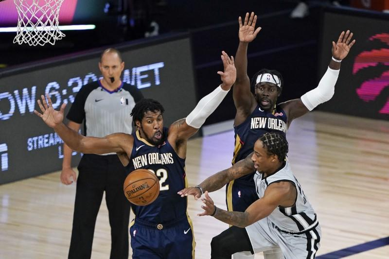 Spurs keep playoff hopes alive, help eliminate Pelicans