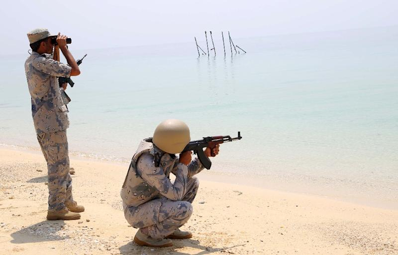 Saudi border guards pose for pictures in Ashiq island, in the southern province of Jizan near the border with Yemen on April 1, 2015 (AFP Photo/)