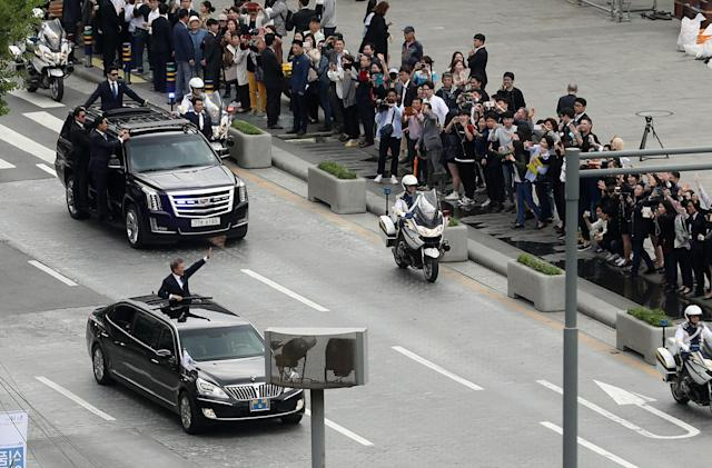 <p>South Korean President Moon Jae-in waves as he heads for the Presidential Blue House in Seoul, South Korea, May 10, 2017. (Photo: Yonhap/Reuters) </p>