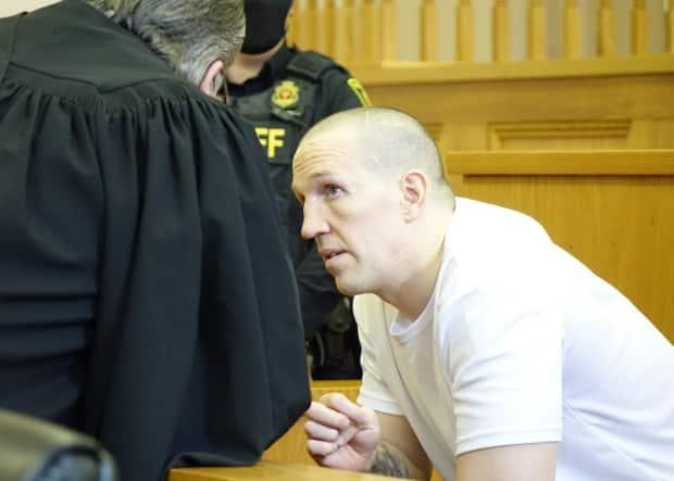 Paul Connolly, who has pleaded guilty in the manslaughter death of Steven Miller, speaks with lawyer Mark Gruchy on Tuesday in St. John's during a sentencing hearing.  (Patrick Butler/Radio-Canada - image credit)