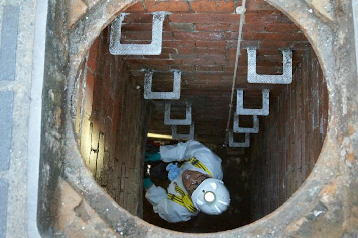 Image: A water company worker climbs down into a sewage pipe in London. (picture alliance / Getty Images)