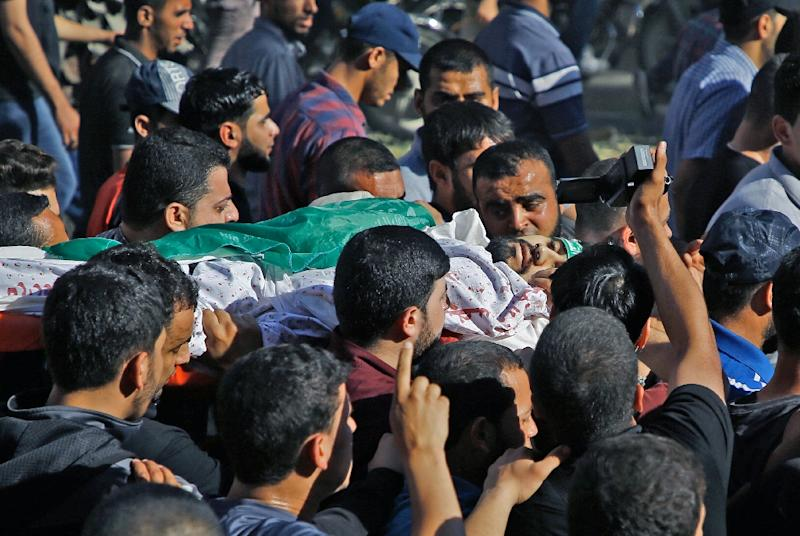 Palestinian mourners carry the body of man who was killed during clashes with Israeli forces (AFP Photo/MOHAMMED ABED)