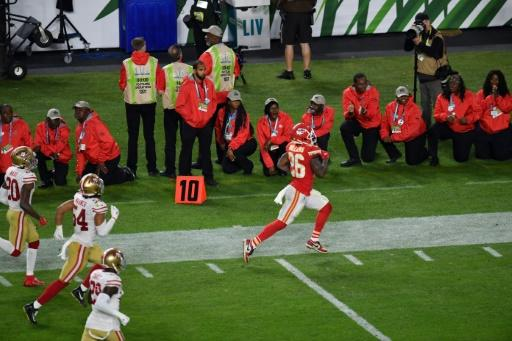 In the fourth quarter Patrick Mahomes led the Chiefs on two long drives to set up touchdowns for tight end Travis Kelce and running back Damien Williams (picture)
