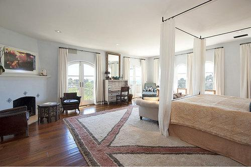 Judging by the bedroom alone, it's clear that Hilary Swank's former house was fit for a Million Dollar Baby. Aside from ocean views, it featured a balcony and that gorgeous four-poster bed.  Source: Redfin