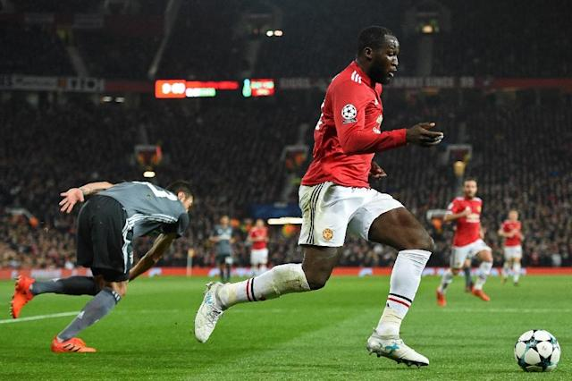 Manchester United's Romelu Lukaku runs past Benfica's Jardel during their UEFA Champions League Group A second leg match, at Old Trafford in Manchester, on October 31, 2017 (AFP Photo/Oli SCARFF )