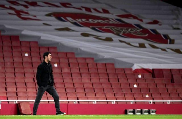 Mikel Arteta shouts at his team during their Europa League clash with Villarreal