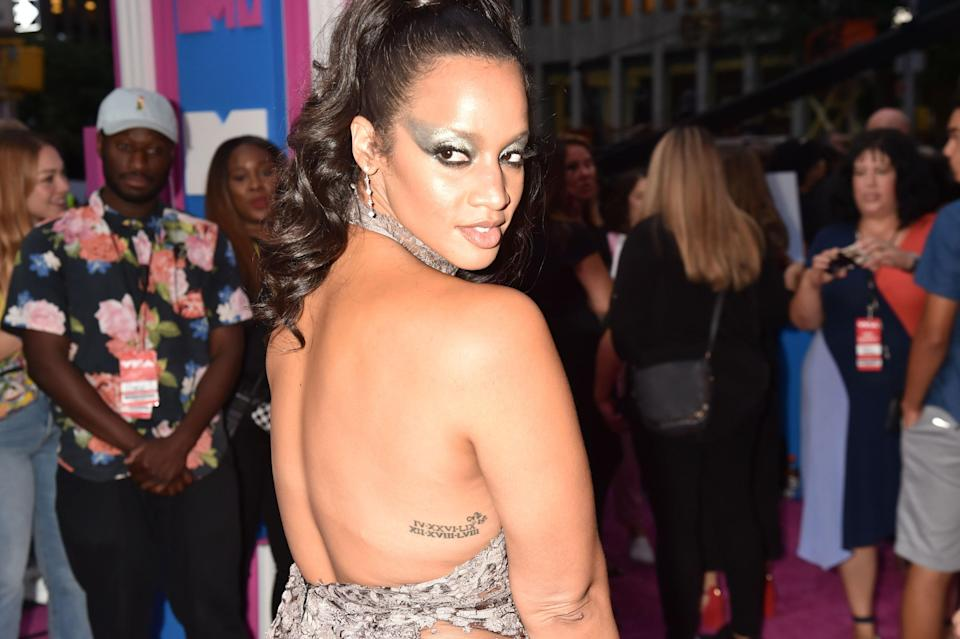 Dascha Polanco completely elevated the cat eye with her silver take. Her wings extended nearly to her ears, and the silver coloring complimented her dazzling choice of wardrobe.