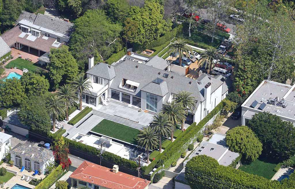 """Well, he needs a place to park that Bentley, right?! Simon's new pad, a posh 10,000 square foot Beverly Hills abode, boasts 6 bedrooms, 6 bathrooms, a gym, a pool, and a media room. <a href=""""http://www.pacificcoastnews.com/"""" target=""""new"""">PacificCoastNews.com</a> - March 19, 2009"""