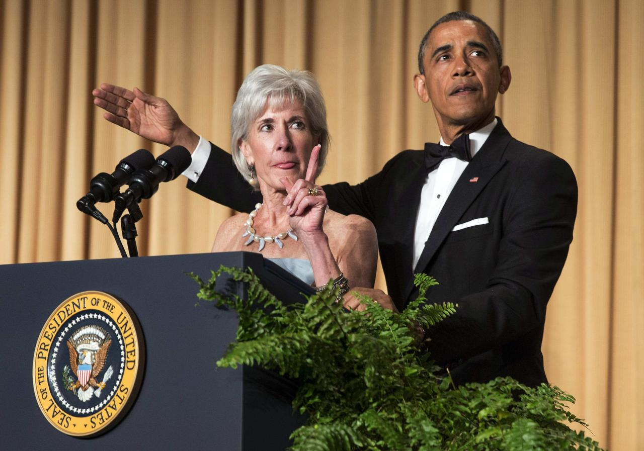 U.S. President Barack Obama and Health and Human Services Secretary Kathleen Sebelius gesture as they take part in a joke during the White House Correspondents' Association Dinner in Washington May 3, 2014. REUTERS/Joshua Roberts (UNITED STATES - Tags: POLITICS MEDIA ENTERTAINMENT SOCIETY)