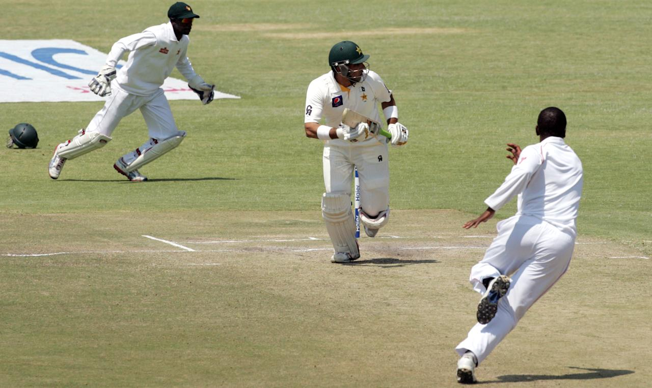 Pakistan's captain Misbah-Ul-Haq (C) runs on the fifth day of the second test match between Pakistan and Zimbabwe at the Harare Sports Club on September 14, 2013. AFP PHOTO / JEKESAI NJIKIZANA        (Photo credit should read JEKESAI NJIKIZANA/AFP/Getty Images)