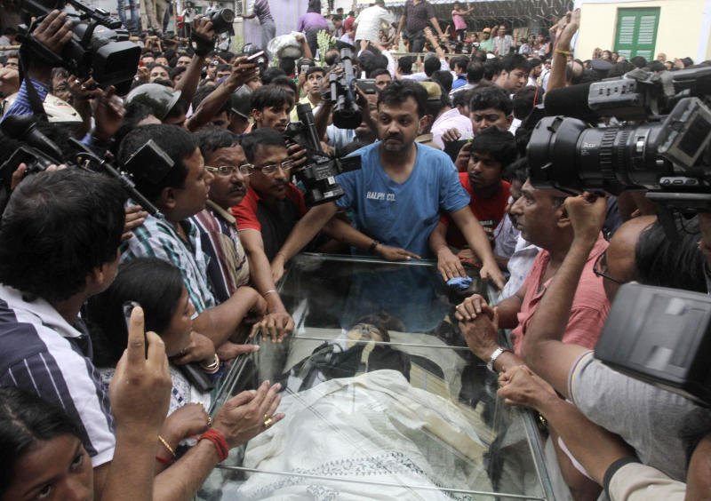 The body of Indian film director Rituparno Ghosh is carried for cremation in Kolkata, India, Thursday, May 30, 2013. Ghosh, whose work includes award-winning films in the Bengali language, died Thursday of cardiac arrest at age 49, news reports said. (AP Photo/Bikas Das)