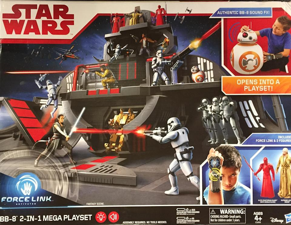Cover art for BB-8 playset reveals pitched battle aboard Snoke's Star Destroyer (Photo: Yahoo Movies)