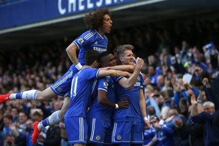 Chelsea's Andre Schurrle (R) celebrates with team mates after scoring a goal against Arsenal during their English Premier League soccer match at Stamford Bridge in London March 22, 2014. REUTERS/Eddie Keogh