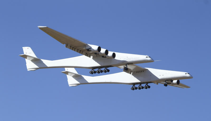 Gigantesco avión Stratolaunch despega de California