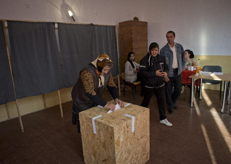 A voter prepares to cast her ballot on November 2, 2014 at a polling station in Comana in southern Romania (AFP Photo/Daniel Mihailescu)