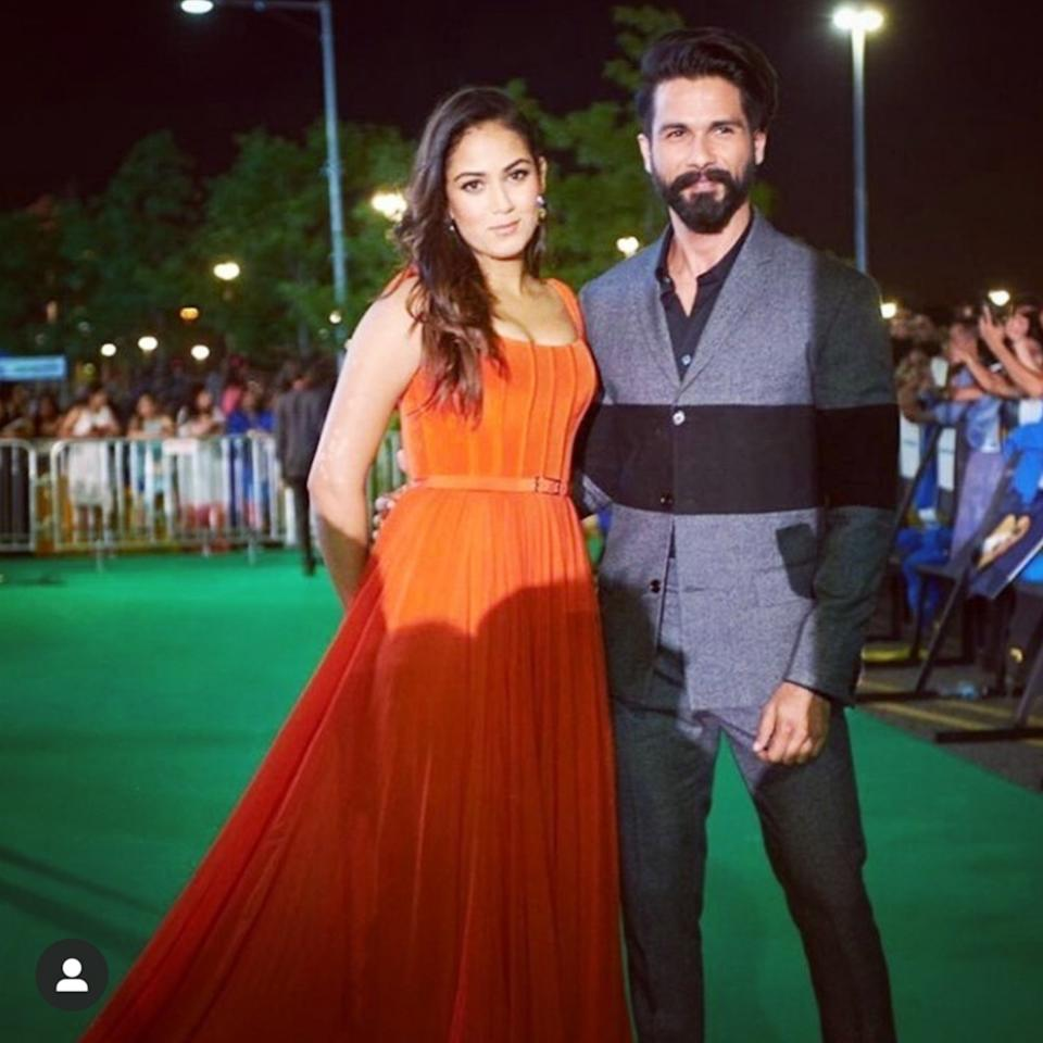 Spelling romance at the IIFA 2017 green carpet, the couple made for an adorable sight for the shutterbugs and for us. Mira was stunning in a customized evening gown by Swapnil Shinde. A generously flared skirt was expanded from a body-hugging bodice secured by a slim belt. Her locks spiraled down in loose curls, and all she carried in the name of accessory was her star hubby.
