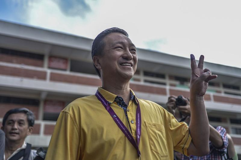 Barisan Nasional hopeful Datuk Seri Wee Jeck Seng is all smiles after casting his ballot during the Tanjung Piai by-election at SJK(C) Yu Ming in Pontian November 16, 2019. — Picture by Shafwan Zaidon