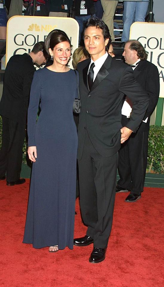 """Could Julia Roberts have picked a more boring gown to wear to the 2001 Golden Globes? At least she had her delicious ex-boyfriend Benjamin Bratt on her arm! Jeffrey Mayer/<a href=""""http://www.wireimage.com"""" target=""""new"""">WireImage.com</a> - January 21, 2001"""