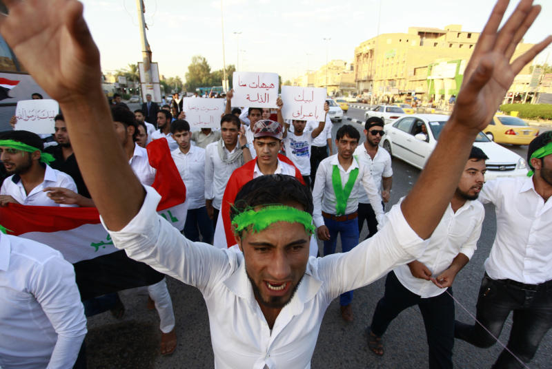 Iraqi men take part in a demonstration to show their support for the call to arms by Shiite cleric Grand Ayatollah Ali al-Sistani, in the central Shiite Muslim shrine city of Najaf on June 13, 2014 (AFP Photo/)