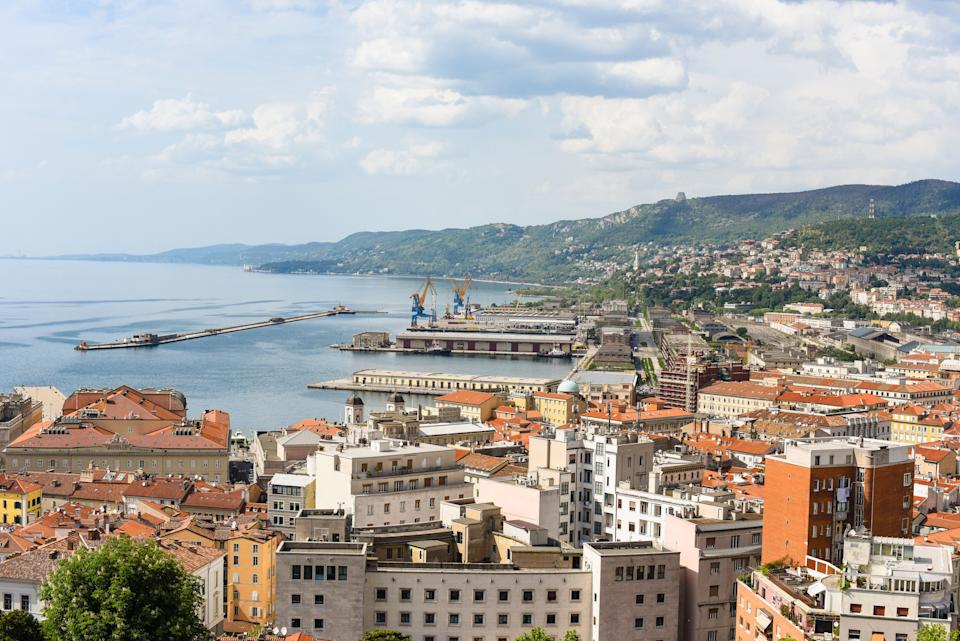 Italien, Triest Stadt am Meer als Hintergrund (Photo: surfi via Getty Images)
