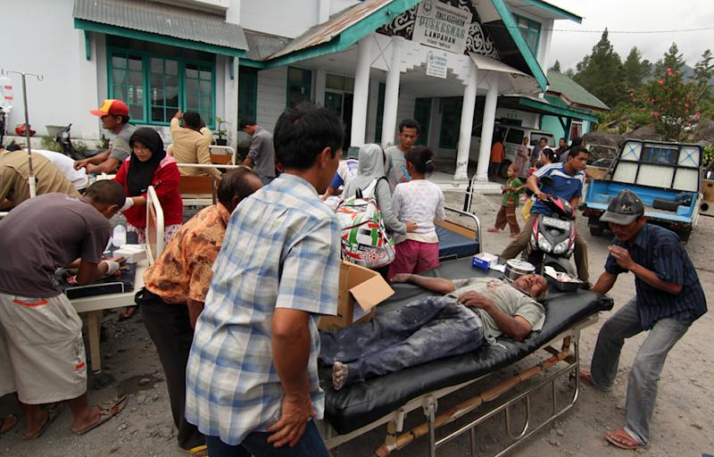 Earthquake victims receive medical treatment outside a community health center in Bener Meriah, Aceh province, Indonesia, Tuesday, July 2, 2013. The magnitude-6.1 quake struck at a depth of just 10 kilometers (6 miles) and was centered 55 kilometers (34 miles) west of the town of Bireun on the western tip of Sumatra island, the U.S. Geological Survey said. (AP Photo/Ahmad Ariska)