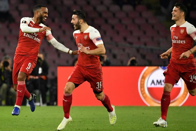 Alexandre Lacazette (L) grabbed a crucial goal that effectively wrapped up Arsenal's tie with Napoli