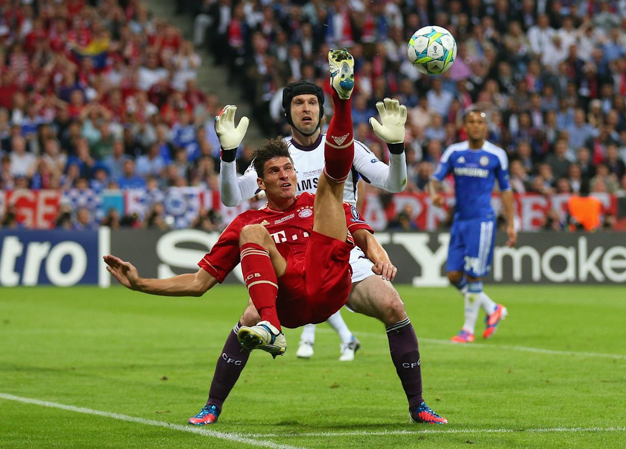 MUNICH, GERMANY - MAY 19: Mario Gomez of FC Bayern Muenchen makes an overhead kick against goalkeeper Petr Cech of Chelsea during UEFA Champions League Final between FC Bayern Muenchen and Chelsea at the Fussball Arena München on May 19, 2012 in Munich, Germany.  (Photo by Alex Livesey/Getty Images)