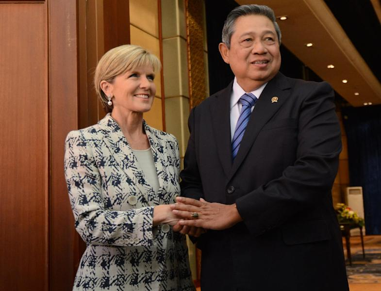 Indonesian President Susilo Bambang Yudhoyono (R) shakes hands with Australian Foreign Minister Julie Bishop before their bilateral meeting in Nusa Dua, Bali, on August 28, 2014 (AFP Photo/Sonny Tumbelaka)