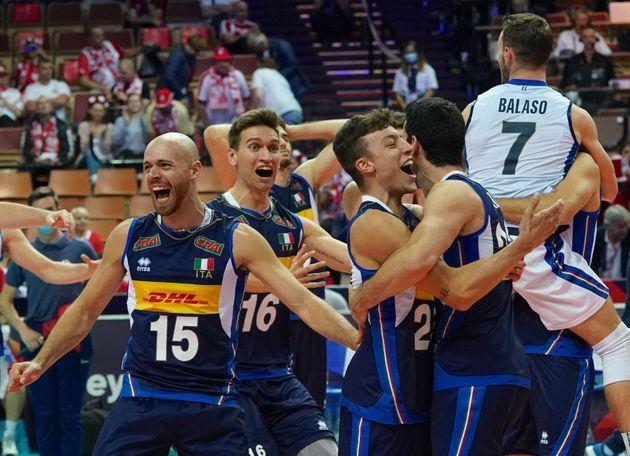 Italy's team celebrates during the EuroVolley 2021 semi-final match Italy v Serbia on September 18, 2021 in Katowice. (Photo by JANEK SKARZYNSKI / AFP) (Photo by JANEK SKARZYNSKI/AFP via Getty Images) (Photo: JANEK SKARZYNSKI via Getty Images)