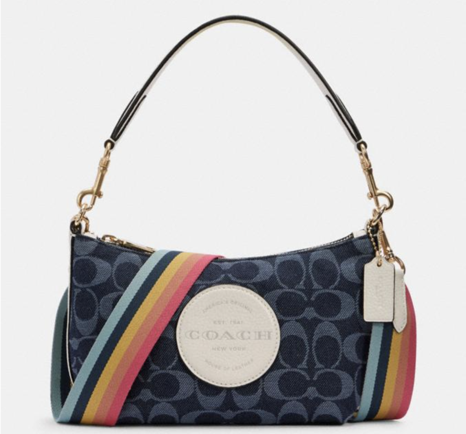 Dempsey Shoulder Bag In Signature Jacquard With Patch. Foto: Coach Outlet.