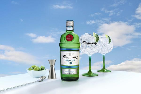 NEW TANQUERAY 0.0%: ALL THE TASTE, ZERO ALCOHOL Crafted from the same distilled botanicals as London Dry, Tanqueray 0.0% offers an alcohol-free option that captures the unmistakable spirit of Tanqueray perfectly.