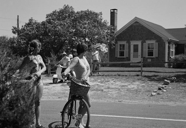 <p>Tourists pause outside the house in Chappaquiddick Island, Martha's Vineyard on Aug. 25, 1969, where a cook-out was held on July 18, 1969 where Sen. Edward Kennedy hosted a reunion for campaign workers from Robert Kennedy's presidential campaign. Leaving the party on July 18, 1969, Sen. Edward Kennedy drove a car off the Dike Bridge on Chappaquiddick island, Martha's Vineyard with campaign worker Mary Jo Kopechne, who downed in the submerged car. (Photo: AP) </p>