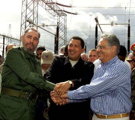 FILE PHOTO: Cuba's President Fidel Castro (L), Venezuela's President Hugo Chavez (C) and Brazil's President Fernando Henrique Cardoso (L) hold hands during the inauguration ceremony which marked the opening of a hydro-electricity project in Santa Elena de Uairen, Venezuela August 13, 2001. REUTERS/Stringer/File Photo