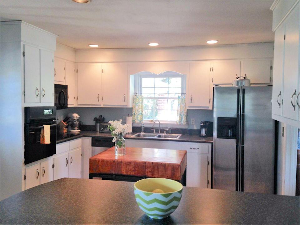 """<p>A bit of new paint and new hardware, and this kitchen is totally transformed!</p><p><span class=""""redactor-invisible-space""""><strong>Get the tutorial at <a href=""""http://www.smalltownrambler.com/kitchencabinets/"""" rel=""""nofollow noopener"""" target=""""_blank"""" data-ylk=""""slk:SmallTownRambler.com"""" class=""""link rapid-noclick-resp"""">SmallTownRambler.com</a>.</strong></span></p><p><span class=""""redactor-invisible-space""""><strong><a class=""""link rapid-noclick-resp"""" href=""""https://www.amazon.com/s?i=aps&k=white+paint&ref=nb_sb_noss_2&url=search-alias%3Daps&tag=syn-yahoo-20&ascsubtag=%5Bartid%7C2139.g.34085615%5Bsrc%7Cyahoo-us"""" rel=""""nofollow noopener"""" target=""""_blank"""" data-ylk=""""slk:SHOP WHITE PAINT"""">SHOP WHITE PAINT</a><br></strong></span></p>"""