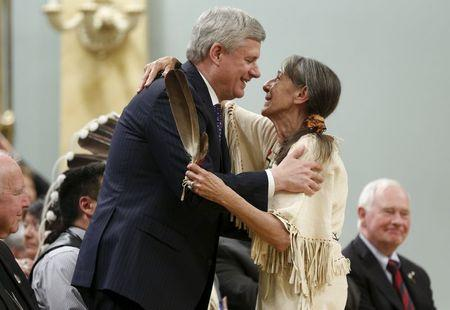 Canada's Prime Minister Stephen Harper (L) embraces Elder Evelyn Commanda-Dewache during the Truth and Reconciliation Commission of Canada's closing ceremony at Rideau Hall in Ottawa June 3, 2015.     REUTERS/Blair Gable