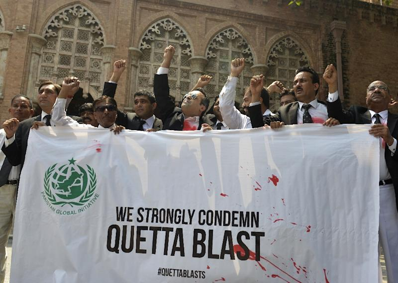 Pakistani lawyers protest in Lahore on August 8, 2016 (AFP Photo/ARIF ALI)