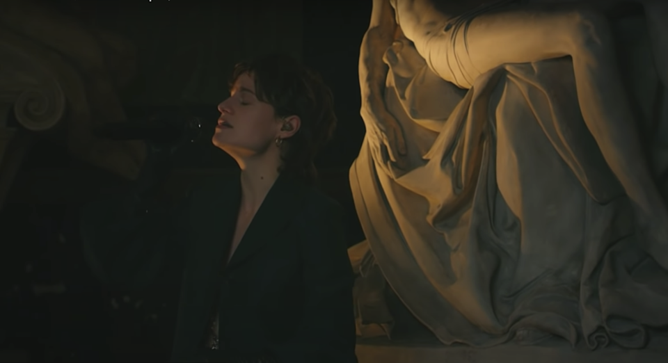 Christine and The Queens dans The Late Late Show (capture d'écran YouTube)
