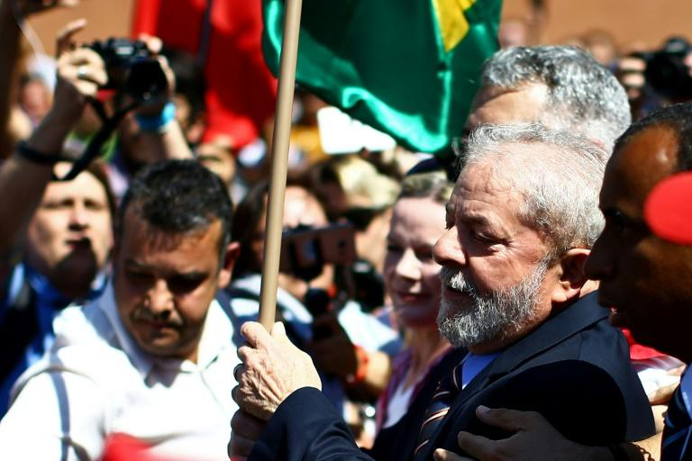 Former Brazilian President Luiz Inacio Lula da Silva (C) arrives at the Federal Justice office to be questioned by anti-corruption judge Sergio Moro, in Curitiba, southern Brazil, on September 13, 2017