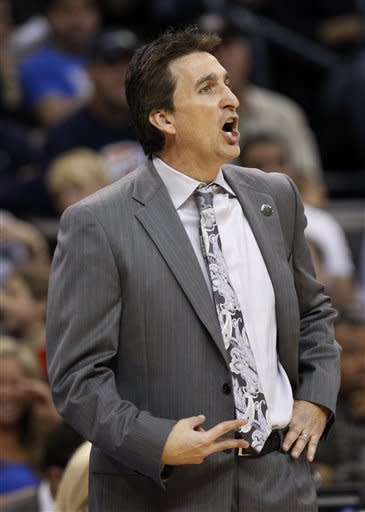 Los Angeles Clippers head coach Vinny Del Negro shouts to his team in the second quarter of an NBA basketball game against the Oklahoma City Thunder in Oklahoma City, Wednesday, April 11, 2012. (AP Photo/Sue Ogrocki)