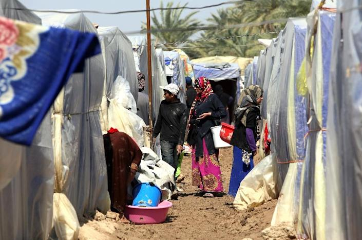 Displaced Iraqis pictured outside their tents at a camp for internally displaced persons (IDPs) in Baghdad, consisting mostly of people who fled from the conflict ridden Salaheddin province, on March 20, 2015 (AFP Photo/Ali Al-Saadi)