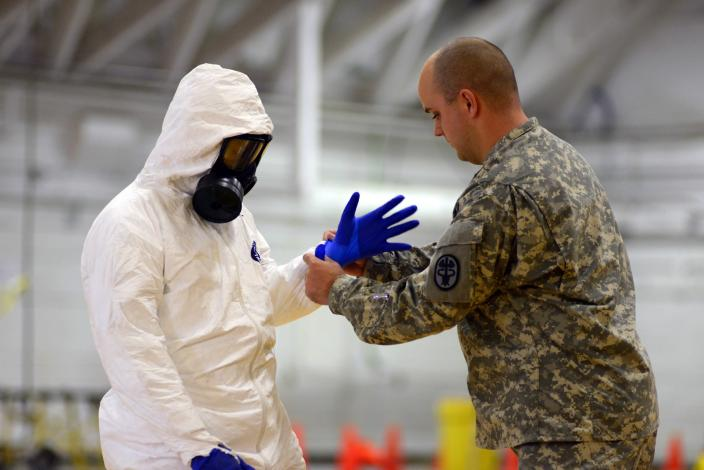 James Knight of U.S. Army Medical Research Institute of Infectious Diseases (USAMRIID) trains U.S. Army soldiers from the 101st Airborne Division (Air Assault), who are earmarked for the fight against Ebola, before their deployment to West Africa, at Fort Campbell, Kentucky October 9, 2014. The U.S. military is ramping up its response to the Ebola outbreak in West Africa, where it has already killed more than 3,400 people in Liberia, Sierra Leone and Guinea. REUTERS/Harrison McClary (UNITED STATES - Tags: HEALTH MILITARY DISASTER)