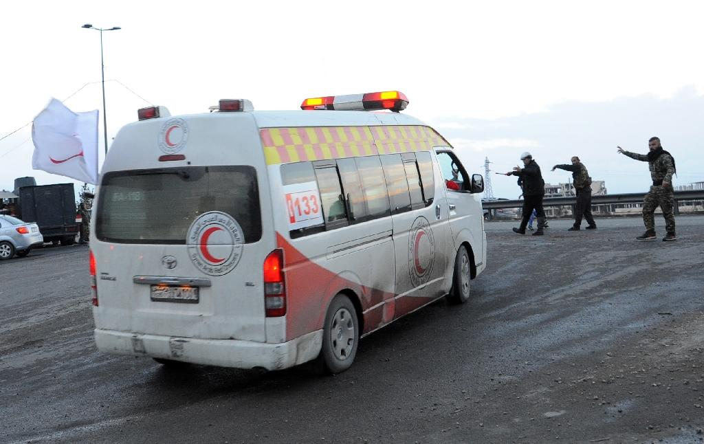 A Syrian Red Crescent ambulance evacuates wounded from the area of the Sayyida Zeinab shrine south of Syria's capital Damascus on February 21, 2016 (AFP Photo/)
