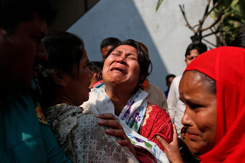 A Bangladeshi woman mourns the death of a relative in a fire, outside a morgue in Dhaka, Bangladesh, Feb. 21, 2019. (Photo: Mahmud Rehman Asad/AP)