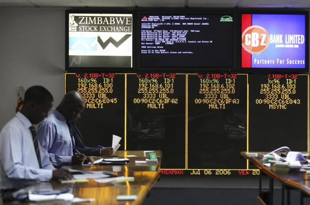 Stockbrokers trade on the floor of the Zimbabwe Stock Exchange (ZSE) in Harare, February 24, 2015. REUTERS/Philimon Bulawayo